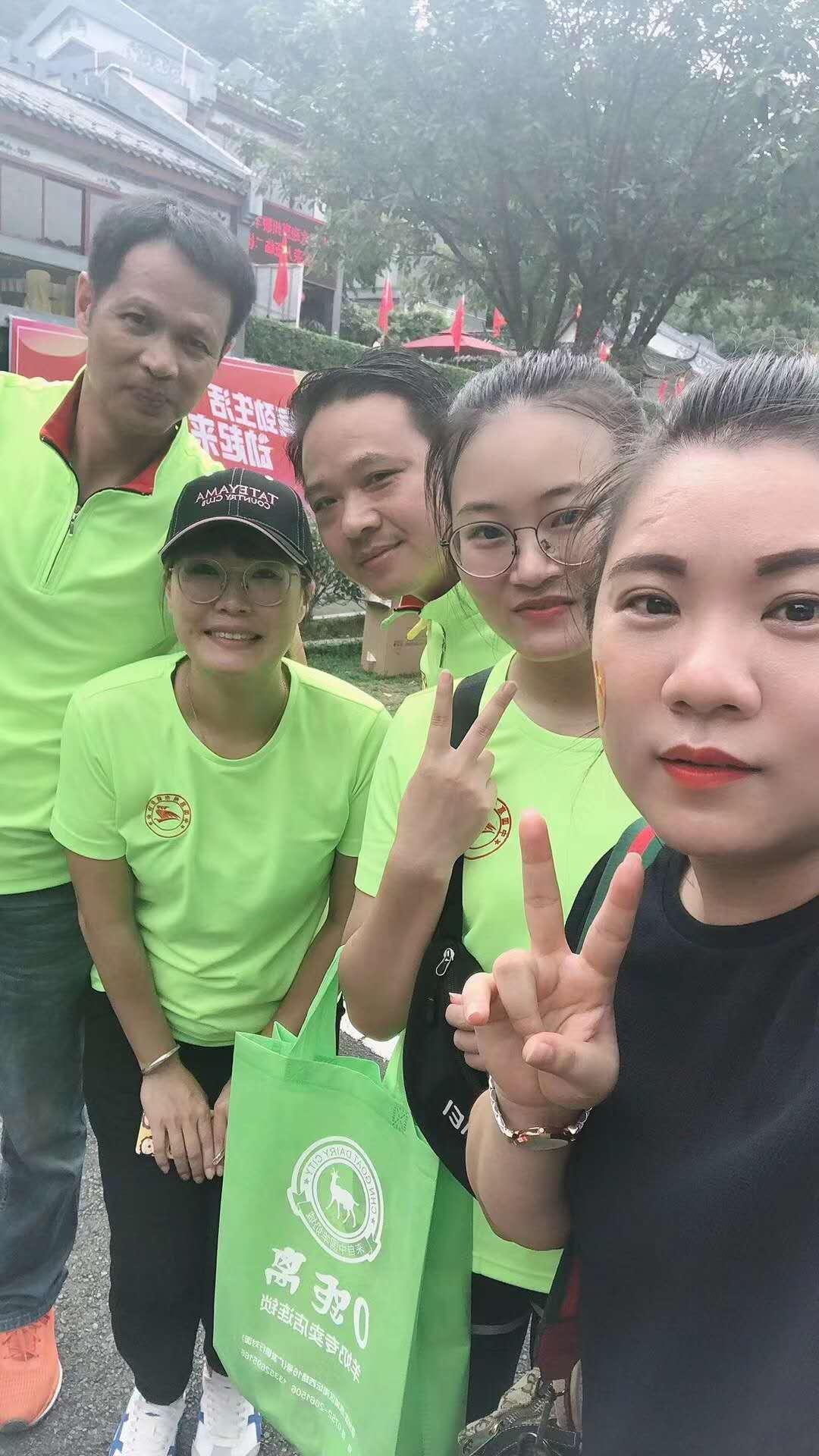 今日网派钟经理与网派小美女小黎参加红花湖徒步活动!